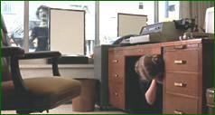 Cacher sous le bureau: au bureau tout le monde voit votre écran. que
